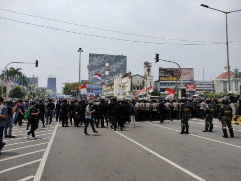 Ratusan Penyusup Demo UU Cipta Kerja Dihukum Jalan Jongkok di Polda Metro
