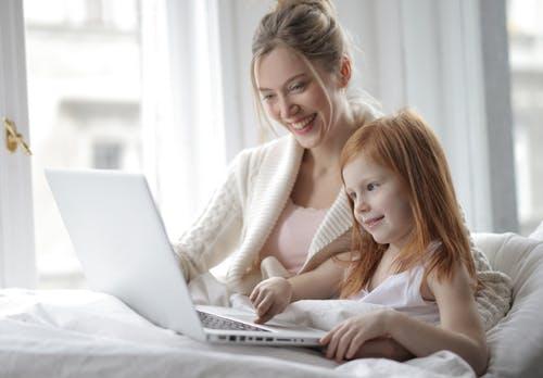 Anak pemalu atau introvert bisa menjadi overthinking saat video call dilakukan.(Ilustrasi/Pexels)