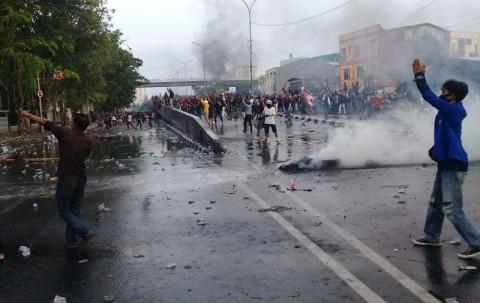 Massa Aksi di Makassar Bentrok dengan Polisi