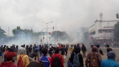 Pos Polisi Harmoni Dibakar Massa Penolak UU Ciptaker