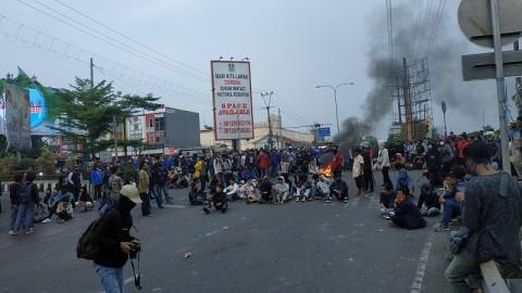 Massa Blokade Jalan di Bekasi Dibubarkan
