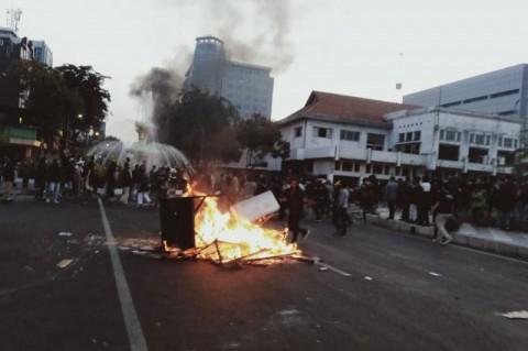 Fasilitas Umum di Surabaya Dibakar Massa