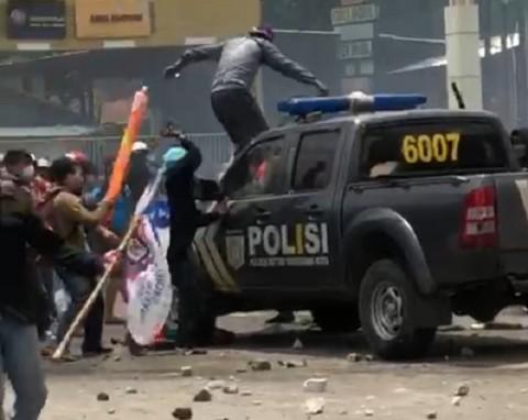 Barikade Polisi Jebol, Kapolres Metro Tangerang Kota Terluka