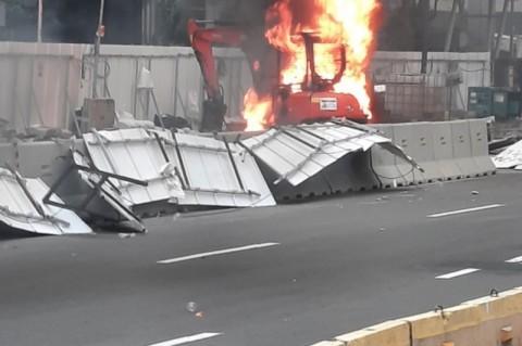 Alat Berat Proyek MRT Dibakar Massa