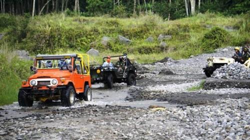 Melintasi Kali Kuning menjadi salah satu aktivitas saat Lava Tour Gunung Merapi (Foto: Forwaparekraf)