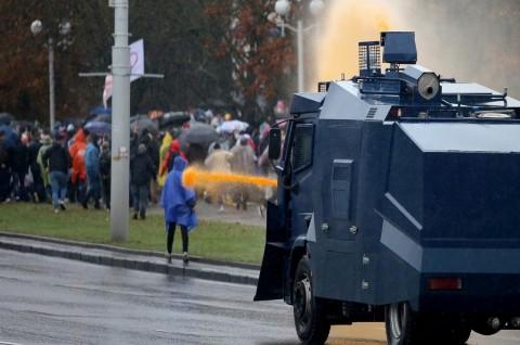 Polisi Belarusia Gunakan Meriam Air Berwarna untuk Tangkap Pedemo
