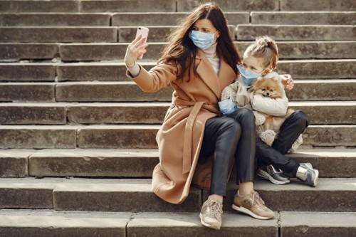 Mungkin challenging memakaikan si kecil masker. Tapi dr. Cynthia Rindang memberikan tipsnya. (Foto: Unsplash.com)