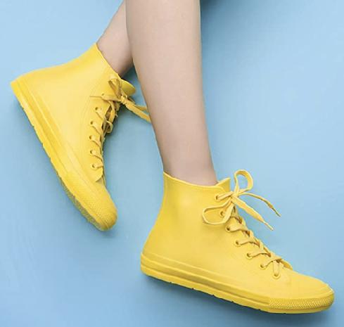 Uniknya, kamu bisa tetap tampil kasual dan trendi ketika memakai sepatu DKSUKO di saat hujan.  (Foto: Dok. Today.com)