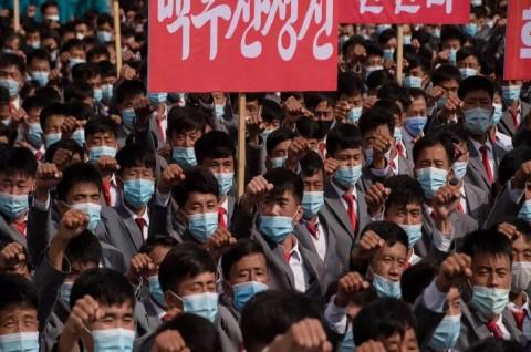 Ribuan Warga Korut Gunakan Masker dalam Mobilisasi Massa