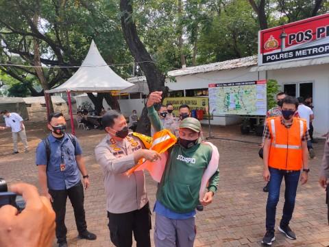 1.000 Rompi Khusus Diberikan kepada Jurnalis Peliput Demo