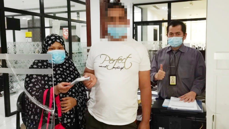 WNI berinisial ESMO (kiri) mendapatkan pembayaran hak gaji usai melapor ke KJRI Jeddah. Foto: Dok.KJRI Jeddah.
