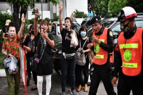 Ratusan Demonstran Thailand Teriaki Rombongan Mobil Raja