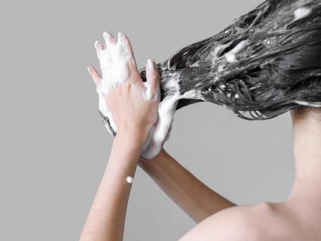 Ada satu cara untuk mendapatkan rambut sehat dan terhidrasi lagi, yaitu dengan produk yang tepat. (Foto: Ilustrasi. Dok. Freepik.com)