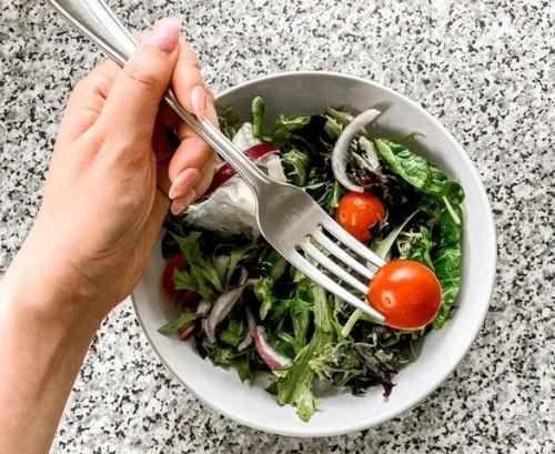 Perhatikan dressing saladnya, jangan sampai malah menambah kalori kamu. (Foto: Pexels.com)