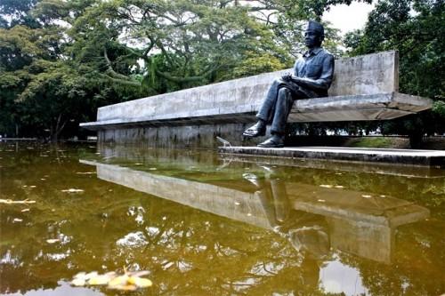 Patung Soekarno duduk di taman perenungan yang memunculkan rumusPancasila di Kelurahan Rukun Lima, Ende, Nusa Tenggara Timur. (Foto: Arthurio Oktavianus)