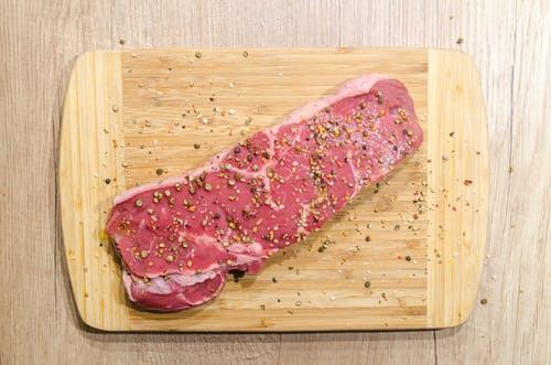 Daging-dagingang, terutama jeroan seperti hati, ginjal, otak, lidah, dan babat memiliki tingkat purin yang sangat tinggi. (Ilustrasi/Pexels)