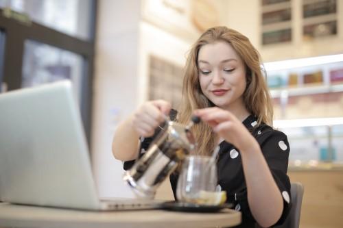 Membuat kopi french press sendiri di rumah. (Ilustrasi/Pexels)