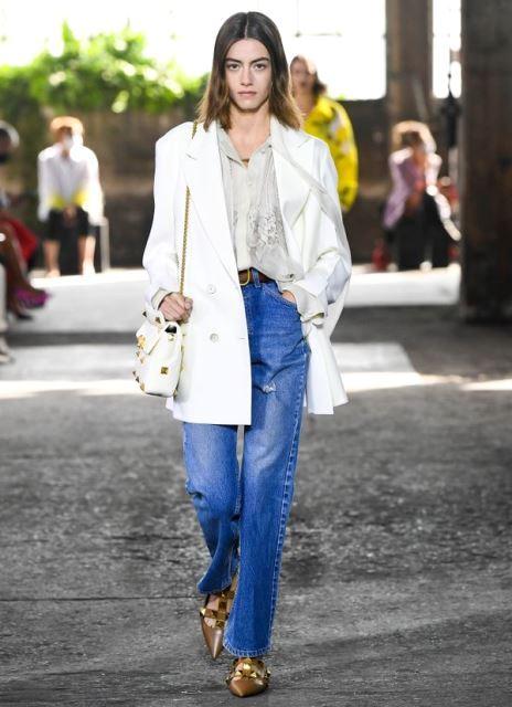 Bootcut jeans lama kamu bisa kamu mix match dengan atasan yang keren seperti ini. (Foto: Dok. Graziadaily)