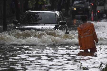 Siaga Banjir, 13 Pompa Apung Ditebar di Jakarta Barat