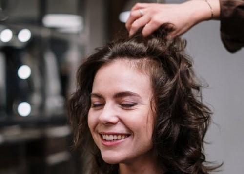 Banyak yang lupa bahwa kesalahan dalam memilih gaya rambut juga bisa membuat tampilan seseorang menjadi lebih tua. (Ilustrasi/Pexels)