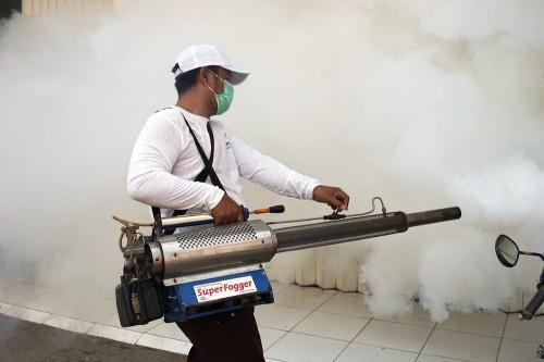 Pengasapan nyamuk atau fogging menjadi salah satu cara meminimalisir penyebaran nyamuk demam berdarah. (Foto: Ist)