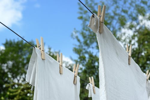 Saat belanja baju kamu juga perlu hati-hati. Pastikan kamu selalu mencuci baju yang baru didapat sebelum dipakai, khususnya baju untuk anak. (Ilustrasi/Pexels)