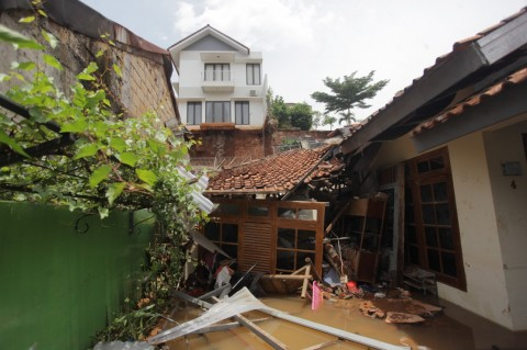 Longsor di Ciganjur Akibat Rumah Warga Menjorok ke Sungai