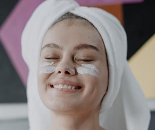 Kapan waktu terbaik untuk mengoleskan krim mata? Berikut saran ahli. (Foto: Pexels.com)