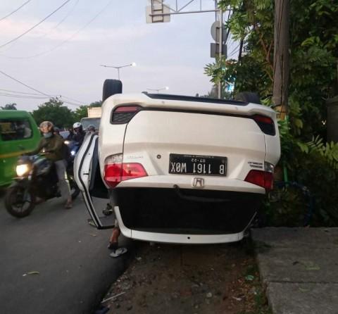 Sopir Diduga Mengantuk, Honda Mobilio Terbalik di Kalideres