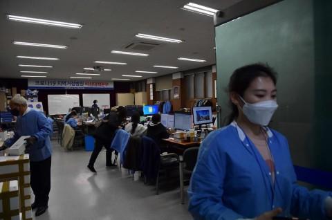 Korsel Uji Covid-19 Ribuan Perawat Rumah Sakit dan Panti Jompo