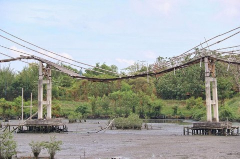 Jembatan Bambu Kawasan Wisata Wonorejo Surabaya Rusak