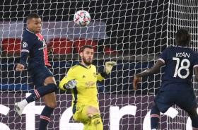 PSG vs Manchester United: Angkat Topi untuk De Gea dan Axel Tuanzebe