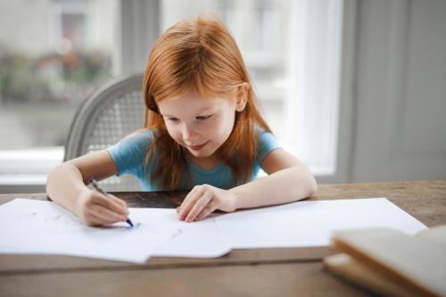 Menulis bagi anak sangat bermanfaat, salah satunya menciptakan lebih banyak aktivitas di bagian sensorimotor. (Foto: Pexels.com)