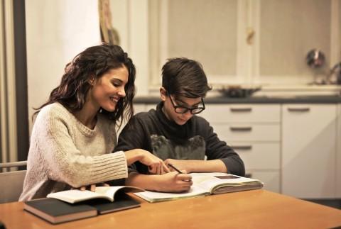 Jangan Terbuai dengan Digital, Ini 5 Manfaat Anak Menulis di Buku