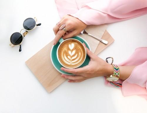 Kamu pernah melihat seseorang membubuhkan garam ke dalam kopi? Apakah hal tersebut bisa menyebabkan osteoporosis? Berikut ulasan dokter. (Foto: Pexels.com)
