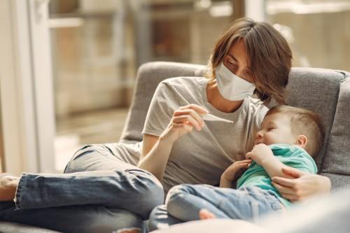 Bila demam si kecil berlangsung lebih dari tiga hari dan memiliki gejala bibir kebiruang, sudah sepatutnya dibawa ke rumah sakit (Foto: Freepik)