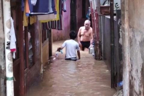 BPBD Evakuasi Warga Korban Banjir di Bekasi