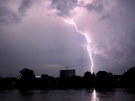 Siklon Tropis Molave Sebabkan Hujan Disertai Petir di DKI