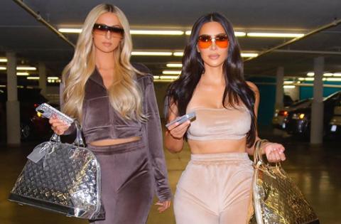 Paris Hilton dan Kim Kardashian Kompak Pakai Outfit Era 2000-an