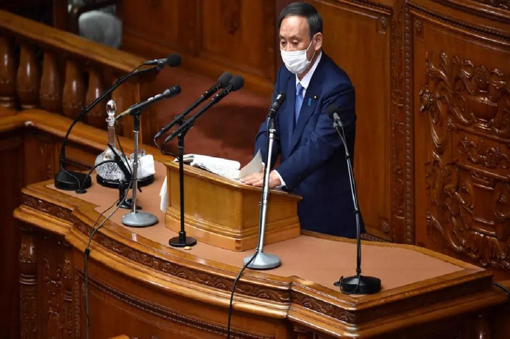 PM Jepang Yoshihide Suga dalam sebuah sesi parlemen di Tokyo pada Selasa, 26 Oktober 2020. (Kazuhiro NOGI/AFP)