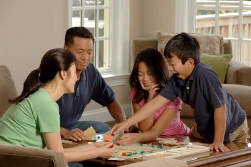 Banyak yang bisa kamu lakukan bersama keluarga. Bermain Monopoli bersama misalnya, untuk menggantikan waktu kebersamaan yang terlewatkan. (Foto: Pexels.com)