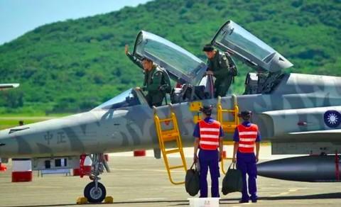 Pilot Taiwan Tewas saat Jet Tempur Jatuh ke Laut