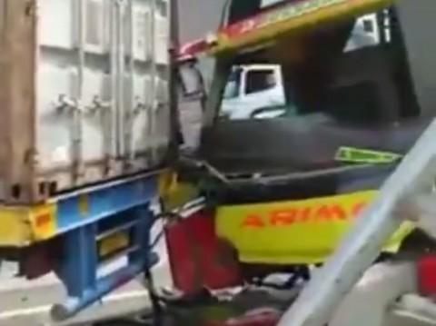 Truk Kontainer dan Bus Penumpang Terlibat Kecelakaan di Tol Jakarta-Cikampek
