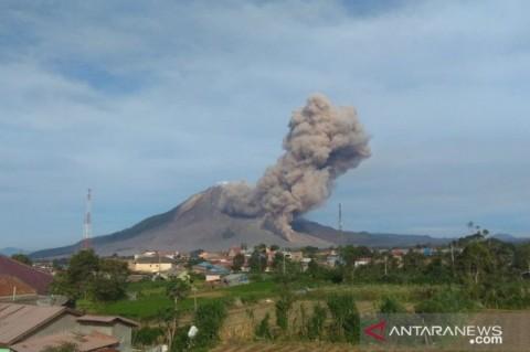Gunung Sinabung Semburkan Awan Panas Sejauh 2.000 Meter
