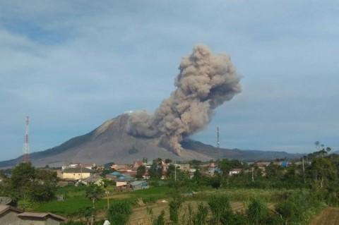 Tiga Kecamatan Terdampak Debu Vulkanik Gunung Sinabung