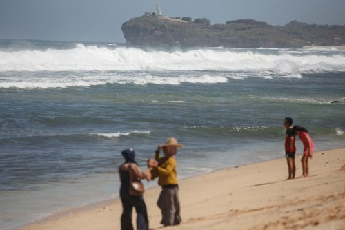 Sejumlah wisatawan mengunjungi obyek wisata Pantai Indrayanti, Tepus, Gunungkidul, DI Yogyakarta, Selasa (24/7). ANTARA FOTO/Hendra Nurdiyansyah