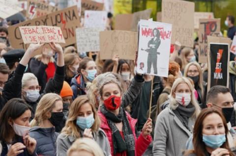 Ratusan Ribu Demonstran Kecam Aturan Aborsi di Polandia