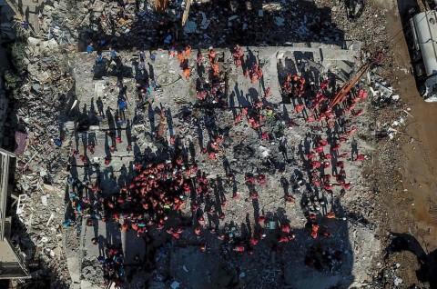 Bocah Tiga Tahun Diselamatkan dari Puing Bangunan di Izmir Turki