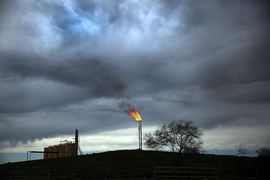 Pengembangan energi terbarukan banyak membuka peluang kerja. Foto: AFP.