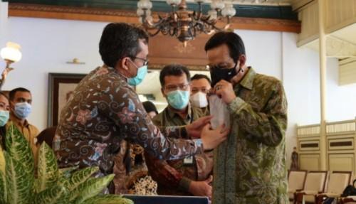 Sri Sultan Hamengkubuwono X mencoba alat diagnosis covid-19 buatan UGM, yaitu GeNose C19. (Foto: Dok. UGM/ugm.ac.id)